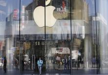 Apple, à suivre vendredi à la Bourse de New York. Cirrus et Qorvo, deux fabricants de puces fournisseurs du groupe à la pomme, ont averti jeudi soir sur leurs résultats du trimestre clos fin décembre en faisant état d'une demande plus faible que prévu pour leurs produits mobiles. /Photo prise le 2 novembre 2015/REUTERS/Kim Kyung-Hoon