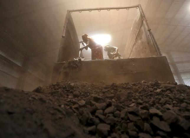 Workers unload coal from a supply truck at a yard on the outskirts of the western Indian city of Ahmedabad April 15, 2015. REUTERS/Amit Dave/Files