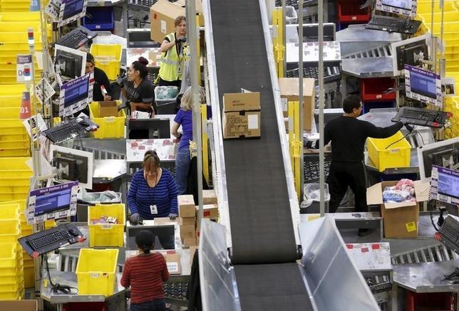 1月8日、12月米雇用統計、非農業部門雇用者数が29万2000人増と、市場予想の20万人増を大幅に上回る。米加州にあるオンライン小売アマゾンの集配センター。昨年11月撮影(2016年 ロイター/Fred Greaves)