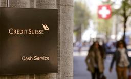 Credit Suisse a publié vendredi des performances étonnement bonnes pour sa branche suisse dans le cadre de résultats retraités pour refléter la nouvelle structure opérationnelle du groupe annoncée en octobre. La branche suisse affiche ainsi un bénéfice avant impôts supérieur de 1,976 milliard de francs suisses (1,82 milliard d'euros) contre 1,6 milliard auparavant, grâce à une plus-value immobilière. /Photo prise le 21 avril 2015/REUTERS/Arnd Wiegmann