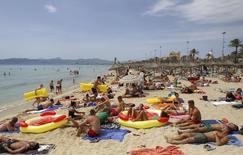 El Gobierno balear aprobó el viernes un nuevo impuesto turístico que grabará la estancia de cada turista mayor de 16 años con un extra de entre 0,25 y 2,0 euros por noche. En la imagen, turistas en la playa del Arenal en Mallorca, el 25 de julio de 2014. REUTERS/Enrique Calvo