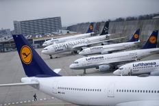 Lufthansa a déclaré vendredi s'attendre à une diminution de 14% de sa facture de carburant cette année grâce à la chute des cours du pétrole, ce qui devrait favoriser une nouvelle croissance de ses profits après une année 2015 record. /Photo prise le  13 novembre 2015/REUTERS/Ralph Orlowski