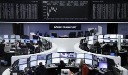 Las acciones europeas cayeron con fuerza el viernes ante los persistentes temores por China, y dejaron a los mercados bursátiles de la región con amplias pérdidas en la semana. En la imagen, unos operadores en la Bolsa de Fráncfort, el 8 de enero de 2016. REUTERS/Remote