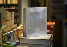 """Cópias do livro """"Hitler, Mein Kampf, Uma Edição Crítica"""" são mostradas em vitrine de livraria em Munique. 08/01/2015 REUTERS/Michael Dalder"""