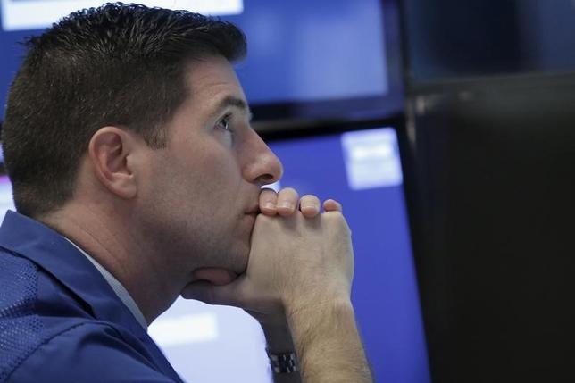 1月8日、米国株式市場は続落して取引を終えた。写真はニューヨーク証券取引所で同日撮影(2016年 ロイター/Brendan McDermid)