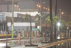 Trabajadores de Pemex afuera de la refinería Madero, en las afueras de Tampico, México. 14 de agosto de 2012. La constructora mexicana ICA dijo el lunes que recibió autorización de la petrolera estatal Pemex para iniciar los servicios de ingeniería, procura y construcción (IPC) (Fase ll) del proyecto de diésel limpio en la refinería Madero en el estado de Tamaulipas. REUTERS/Alejandro Montano/Photosecuencia