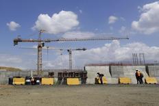 La constructora Sacyr lanzó el lunes un programa de recompra de acciones para autocartera, una operación que le permitirá aprovechar la caída de la acción en los últimos meses, que se ha visto afectada por el descenso del precio del petróleo. En la imagen, una panorámica de la construcción de la ampliación del Canal de Panamá cuya constructora es la empresa española Sacyr, el 5 de febrero de 2014.  REUTERS/Carlos Jasso