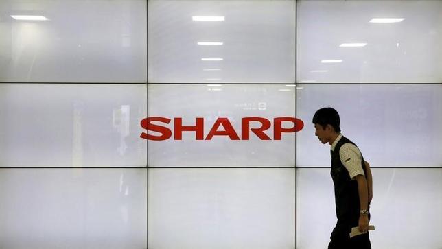1月12日、シャープと同社の再建策を検討している官民ファンドの産業革新機構が、シャープの主力取引銀行のみずほ銀行と三菱東京UFJ銀行に対して、1500億円超の金融支援を求める方針であることが12日、分かった。関係筋が明らかにした。都内で昨年10月撮影(2016年 ロイター/Toru Hanai)