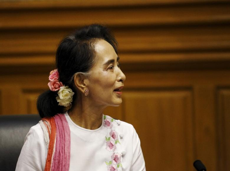 National League for Democracy (NLD) leader Aung San Suu Kyi talks to Shwe Mann (not pictured), speaker of Myanmar's Union Parliament, during their meeting at the Lower House of Parliament in Naypyitaw November 19, 2015. REUTERS/Soe Zeya Tun