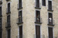 Las compras de pisos crecieron en España por decimoquinto mes consecutivo en noviembre, en un dato que mantiene la tendencia de reactivación en sector tras un bache de más de cinco años. En la imagen, bloque de apartamentos en el barrio gótico de Barcelona, el 18 de agosto de 2015.  REUTERS/Albert Gea