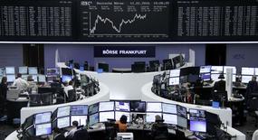 Las bolsas europeas abrieron el martes al alza después de que un índice clave alcanzara su nivel más bajo en más de tres meses, con un repunte del sector comercial por los buenos datos de algunas compañías que impulsaban el mercado. En la imagen, operadores en sus puestos en la Bolsa de Fráncfort, el 11 de enero de 2016.     REUTERS/Staff/Remote
