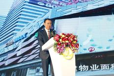 Le président de Dalian Wanda Group, Wang Jianlin, lors de la cérémonie à Pékin de la signature d'une participation de contrôle dans le studio hollywoodien Legendary Entertainment pour 3,5 milliards de dollars (3,2 milliards d'euros). Cette opération représente le dernier investissement à l'international en date pour le groupe chinois, qui poursuit ainsi son développement dans le secteur du divertissement aux Etats-Unis. /Photo prise le 12 janvier 2016/REUTERS/China Daily