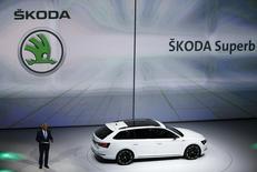 Le constructeur automobile tchèque Skoda Auto, filiale de Volkswagen, a augmenté ses ventes de 1,8% en 2005, à 1,06 million de voitures, grâce à la hausse de la demande sur le marché européen. /Photo prise le 14 septembre 2015/REUTERS/Kai Pfaffenbach