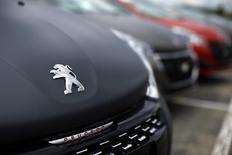 El logo de Peugeot en uno de sus autos en la planta de la compañía en Poissy, cerca de París, Francia, 29 de abril de 2015. El fabricante francés de automóviles PSA Peugeot Citroen reportó un alza de 1,2 por ciento en las entregas de vehículos a nivel mundial el 2015, luego de que la desaceleración en China y los mercados emergentes, entre ellos América Latina, casi anulan el repunte de las utilidades del mercado europeo. REUTERS/Benoit Tessier