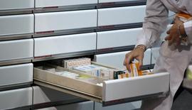 El mercado farmacéutico español creció en 2015 un 1,4 por ciento en valor gracias al repunte de los medicamentos genéricos y los productos de cuidado de la salud, pero retrocedieron los medicamentos de marca y la prescripción se mantuvo prácticamente estable, según un balance de la consultora hmR España.  En la imagen, un famacéutico coloca medicamentos en una farmacia de Madrid, el 18 de abril de 2012.  REUTERS/Sergio Pérez