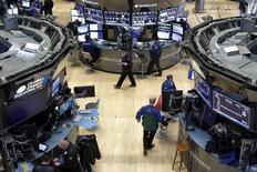 Operadores trabajando en la Bolsa de Nueva York, 11 de enero de 2016. Las acciones estadounidenses abrieron con alzas el martes, debido a que los precios del crudo subieron desde mínimos de 12 años tras bordear los 30 dólares por barril. REUTERS/Brendan McDermid