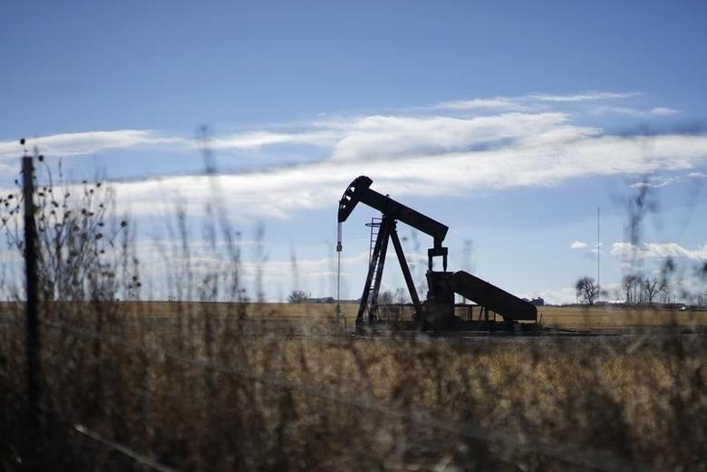 An oil well is seen near Denver, Colorado February 2, 2015.   REUTERS/Rick Wilking