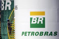 El logo de Petrobras en una de las plantas de la compañía, Brasil, 30 de septiembre de 2015. La petrolera brasileña estatal Petrobras busca vender su participación de 5.800 millones de reales (1.400 millones de dólares) en la petroquímica Braskem SA, publicó el miércoles el diario Folha de S. Paulo. REUTERS/Ueslei Marcelino
