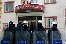 """Турецкие полицейские охраняют штаб-квартиру прокурдской партии в Диярбакире 5 января 2016 года. Турецкие власти задержали троих граждан России, подозреваемых в связях с радикальной группировкой """"Исламское государство"""", после унесшего десять жизней взрыва в Стамбуле, сообщают СМИ. REUTERS/Sertac Kayar"""