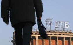 Пешеход у здания с логотипом ВТБ в Москве 20 ноября 2014 года. Второй по величине российский госбанк ВТБ, находящийся под западными санкциями, готов к дальнейшей приватизации, если власти вернутся к этой теме, сказал журналистам финансовый директор банка Герберт Моос. REUTERS/Maxim Zmeyev