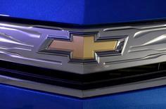 Логотип Chevrolet на автомобиле Chevrolet Volt на автошоу в Лос-Анджелесе 19 ноября 2015 года. Компания General Motors сообщила в среду, что вернёт акционерам деньги за счёт расширения программы выкупа акций на 80 процентов до $9 миллиардов и увеличения дивидендов на шесть процентов. REUTERS/Kevork Djansezian