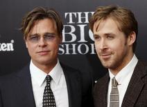 """Atores Brad Pitt (E) e Ryan Gosling (D) posam para fotos na pré-estreia do filme """"A Grande Aposta"""" em Nova York. 23/11/2015 REUTERS/Shannon Stapleton"""