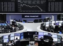Las bolsas europeas bajaban el jueves después de dos sesiones de ganancias, con la confianza del mercado lastrada por la continuada debilidad de los precios del petróleo, que cayó brevemente por debajo del nivel clave de 30 dólares, y las preocupaciones sobre el crecimiento económico global. En la imagen, unos operadores en la bolsa de Fráncfort, el 13 de enero de 2016.    REUTERS/Staff