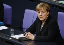 La economía alemana creció un 1,7 por ciento en 2015, registrando una leve mejora con respecto a años anteriores y el mayor crecimiento en cuatro años, según mostró el jueves una estimación preliminar de la Oficina Federal.  En la foto, la canciller alemana Angela Merkel durante una sesión en el Bundestag, en Berlin, Alemania, el 13 de enero de 2016. REUTERS/Fabrizio Bensch
