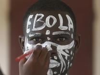 Испольнитель роли вируса Эбола готовится к перформансу, призванному повысить бдительность в отношении вируса, в одной из школ Абджана. 25 сентября 2014 года. Всемирная организация здравоохранения (ВОЗ) объявила в четверг об окончании последней вспышки вируса Эболы в Либерии - поворотном моменте, когда впервые с начала эпидемии в 2013 году в Западной Африке не отмечено ни одного случая заболевания. REUTERS/Luc Gnago