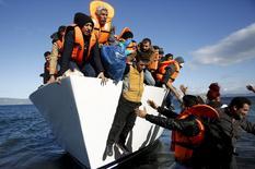 Foto de archivo de refugiados e inmigrantes bajándose de un bote al llegar a la isla griega de Lesbos, 26 de noviembre de 2015. Vivimos en un mundo cada vez más peligroso, con un cúmulo de amenazas políticas, económicas y ambientales, según expertos consultados por el Foro Económico Mundial. REUTERS/Giorgos Moutafis/Files
