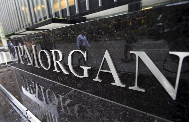 1月14日、JPモルガンが発表した、昨年第4・四半期の決算は利益が予想を上回った。写真はニューヨークの同社前で昨年5月撮影(2016年 ロイター/Mike Segar)