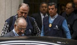 """La Fiscalía Anticorrupción ha pedido cuatro años y medio de cárcel y 2,69 millones de euros de indemnización para el ex presidente de Caja Madrid y de Bankia Rodrigo Rato por el escándalo de las tarjetas opacas, popularmente conocido como las """"tarjetas black"""", dijo el jueves la fiscalía en un auto. En la imagen se ve a Rato acompañado por agentes de la Agencia Tributaria en el marco de una investigación sobre un presunto delito fiscal el 16 de abril de 2016. REUTERS/Sergio Pérez"""