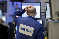 Las acciones en Wall Street abrieron el jueves con una leve alza, impulsadas por un aumento de los precios del petróleo y por sólidos resultados de JPMorgan, que generaban ganancias en el sector bancario. En la imagen, un brocker mira su pantalla del ordenador mientras trabaja en el parqué de Wall Street, en Nueva York, el 7 de enero de 2016. REUTERS/Brendan McDermid