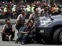 """Полицейские на месте взрыва в Джакарте 14 января 2016 года. Джихадисты """"Исламского государства"""" выбрали Джакарту целью в Индонезии, одном из туристических центров Юго-Восточной Азии, устроив в среду утром несколько взрывов и перестрелку с полицией. REUTERS/Darren Whiteside"""