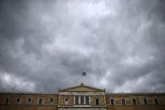Una bandera de Grecia ondea sobre el edificio del Parlamento, en Atenas, Grecia, 30 de octubre de 2015. Grecia acepta que el Fondo Monetario Internacional (FMI) forme parte del programa de rescate que aporta préstamos por valor de miles de millones de euros a Atenas a cambio de reformas económicas, afirmó el presidente de los ministros de Finanzas de la zona euro el jueves. REUTERS/Alkis Konstantinidis