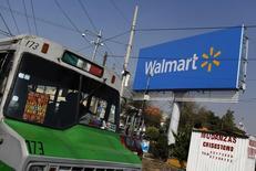 Un bus pasa junto a un cartel de Wal-Mart, en Ciudad de México, 18 de diciembre de 2012. El secretario de Economía de México, Ildefonso Guajardo, dijo el jueves que las ventas comparables de las minoristas afiliadas a la ANTAD crecieron un 6.1 por ciento en 2015, en medio de un mejor consumo. REUTERS/Tomas Bravo