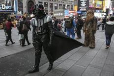 """Homem fantasiado de Darth Vader, da série """"Star Wars"""", caminha pela Times Square, em Nova York. 24/12/2015 REUTERS/Carlo Allegri"""