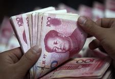 Les banques chinoises n'ont accordé que 597,8 milliards de yuans (83,4 milliards d'euros) en prêts nouveaux pendant le dernier mois de l'année 2015, moins qu'attendu et nettement moins que les 708,9 milliards de novembre, un nouveau signe que la politique monétaire accommodante de Pékin n'a qu'un effet limité sur l'économie réelle. /Photo d'archives/REUTERS