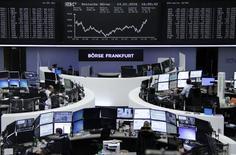 Las bolsas europas abrieron a la baja el viernes, golpeadas por la caída de los valores vinculados a materias primas aunque el efecto bajista fue minimizado por la subida de H&M tras la buena recepción del dato de sus ventas de diciembre. En la foto, operadores en sus mesas en la Bolsa de Fráncfort el 14 de enero de 2016. REUTERS/Staff/Remote