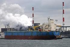 Cargo dans le port de Dunkerque. L'excédent commercial de la zone euro a augmenté en novembre, à 22,7 milliards d'euros en données corrigées des variations saisonnières /Photo prise le 12 janvier 2016/REUTERS/Benoit Tessier