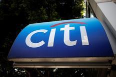 Citigroup fait état d'un bénéfice trimestriel en nette hausse sur un an, le quatrième trimestre 2014 ayant été pénalisé par 3,5 milliards de dollars de frais juridiques et par des charges liées à la restructuration du groupe. La troisième banque des Etats-Unis par les actifs a publié un bénéfice net de 3,34 milliards de dollars, après 344 millions de dollars un an auparavant. /Photo d'archives/REUTERS/Lucy Nicholson