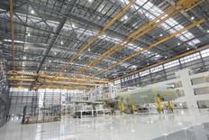 Un avión Airbus A321 siendo ensamblado en el hangar de manufacturas de la compañía en Mobile, Alabama. 13 de septiembre de 2015. La producción industrial en Estados Unidos cayó por tercer mes consecutivo en diciembre, en un debilitado final de año que apunta a un panorama menos alentador sobre el crecimiento económico en el cuarto trimestre. REUTERS/Michael Spooneybarger