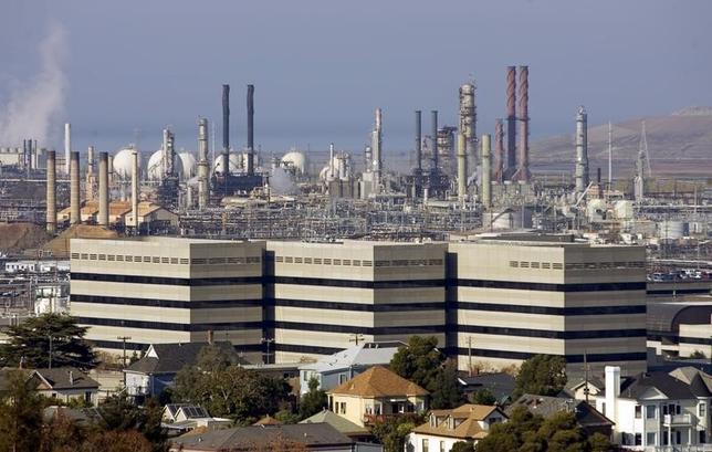 1月15日、12月の米PPIは前月比0.2%下落。エネルギー価格の急落が全体水準を押し下げた。写真は07年、カリフォルニア州のシェブロン製油所を撮影(2016年 ロイター/Kimberly White)