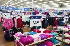 Ropa de mujer a la venta en una tienda Walmart, en Nueva Jersey, 11 de noviembre de 2015. Las ventas minoristas de Estados Unidos bajaron en diciembre debido a que un clima inusualmente cálido afectó las compras de invierno y los menores precios de la gasolina impactaron los ingresos de las estaciones de servicio, en la última señal de que la economía pisó el freno durante el cuarto trimestre. REUTERS/Lucas Jackson