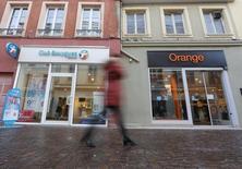 Le projet de rapprochement dans les télécoms entre Bouygues et Orange a franchi une nouvelle étape avec le lancement de discussions informelles entre l'opérateur historique et ses rivaux Iliad et Numericable-SFR à qui il espère revendre des actifs. /Photo prise le 5 janvier 2016/REUTERS/Vincent Kessler