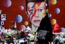 Mulher observa moral com imagem de David Bowie em Londres. 15/01/2016  REUTERS/Dylan Martinez