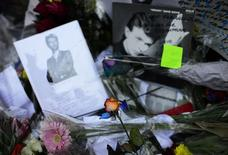 """Foto del viernes de mensajes de condolencias por la muerte de David Bowie en un mural en Brixton, en el sur de Londres. Ene 15, 2016. El último álbum de Bowie """"Blackstar"""", lanzado apenas dos días antes de su muerte por cáncer el fin de semana, llegó al tope de los rankings británicos el viernes, luego de que sus seguidores compraron o descargaron más de medio millón de sus discos. REUTERS/Dylan Martinez"""