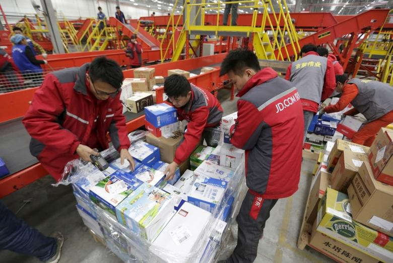 Employees work at a JD.com logistic centre in Langfang, Hebei province, November 10, 2015. REUTERS/Jason Lee