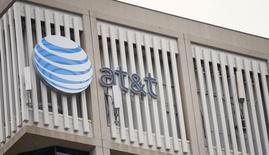 El grupo español de telecomunicaciones Telefónica ha expresado su interés en adquirir los activos de televisión de pago que AT&T Inc posee en Latinoamérica, que podrían estar valorados en alrededor de 10.000 millones de dólares, de acuerdo con gente familiarizada con el asunto. En la imagen de archivo, el logo de AT&T en un edificio en Pasadena, California, el 26 de enero de 2015.  REUTERS/Mario Anzuoni