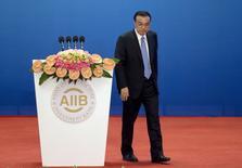 El primer ministro chino, Li Keqiang, deja el podio tras hablar en la inauguración de la Reunión de Gobernadores del Banco Asiático de Inversión en Infraestructura en Pekín. 16 de enero de 2016. La economía china creció cerca de un 7 por ciento en 2015 y el sector de servicios representó la mitad del Producto Interno Bruto, dijo el sábado el primer ministro Li Keqiang. REUTERS/Mark Schiefelbein/Pool